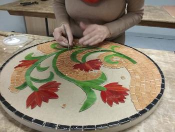 Travail en cours d'une table en émaux et verre vitrail par une élève de deuxième année du cours de mosaïque adulte de Pascale Villegas à Peret (Hérault)