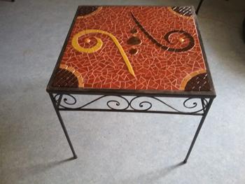 Table sur support en fer forgé, réalisée par une élève de deuxième année à l'Atelier de Pascale Villegas à Péret.