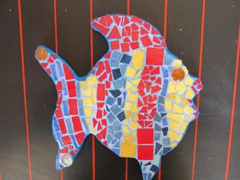 Petit poisson en mosaïque effectué par une petite élève de 6 ans au cours de mosaïque de Pascale Villegas à Péret (Hérault)