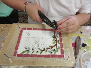Cours de mosaïque pour les enfants à partir de 6 ans à l 'Atelier de mosaïque de Pascale Villegas à Péret (Hérault)