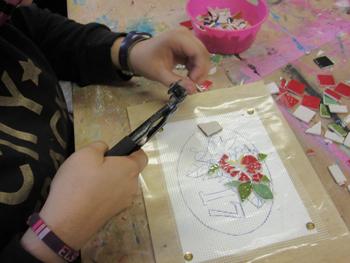 Apprentissage des techniques de mosaïque