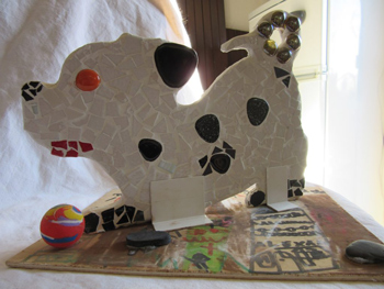 Mon petit chien : Mosaïque double face, effectuée par une élève de 6 ans