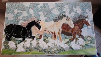 Mosaïque : chevaux sauvages, effectuée par un élève du cours de troisième année du cours de mosaïque de Pascale Villegas à Péret (Hérault)