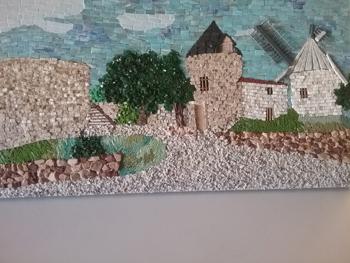 Tableau en mosaïque de verre artisanal, de marbre, de galets, d'ardoise et d'émaux, effectué par un élève de troisième année du cours de mosaïque de Pascale Villegas à Péret (Hérault)