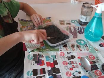 Préparation du ciment joint par un petit élève du cours de mosaïque de Pascale Villegas à Péret (Hérault)