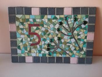 Numéro de maison effectué par une élève de première année du cours de mosaïque de Pascale Villegas, mosaïste à Péret (Hérault)