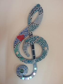 Clef de sol en mosaïque, effectuée par une adolescente passionnée de musique