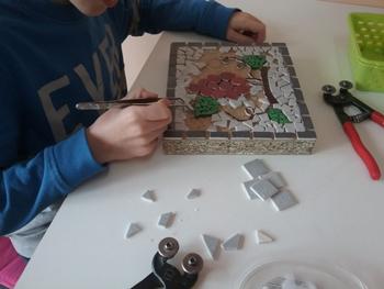 Apprendre à couper et à positionner les différents matériaux pour cet enfant de 8 ans