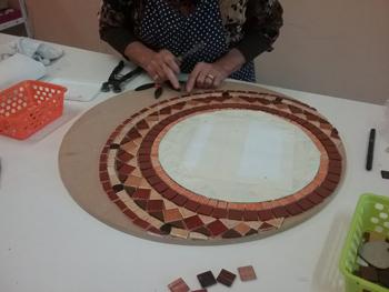 Travail de coupe: émaux, grès, pour une élève débutante en mosaïque, du cours de Pascale Villegas à Péret
