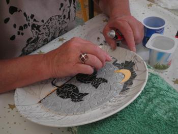 Travail de mosaïque sur support en assiette, pour une élève de première année du cours de Pascale Villegas à Péret (Hérault)