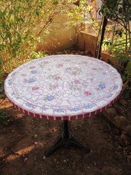 Table de cuisine en mosaïque composée d'assiettes anciennes et d'émaux, effectuée par Pascale Villegas à Péret (Hérault)