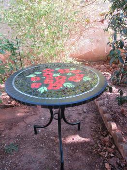 Le mat et le brillant s'harmonisent pour donner du relief au bouquet de coquelicots rouges